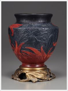 Emile Gallé                           Vase with Lilles 「 百合文花瓶」....背面