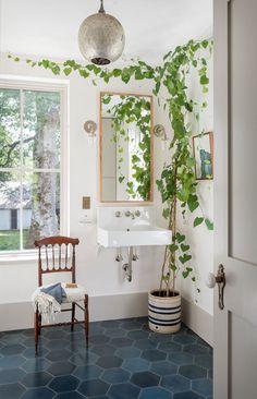 〚 Designer Jessica Helgerson's wonderful summer home in Oregon 〛 ◾ Photos ◾ Ideas ◾ Design Terrazzo, American Farmhouse, Modern Farmhouse, Blue Floor, White Tiles, Open Plan Kitchen, Large Homes, Interior Design Studio, Design Firms