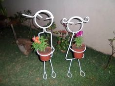 Suporte Para Vaso Casal De Jardim - R$ 58,00 Wire Crafts, Metal Crafts, Catus, Plant Decor, Welding, Wind Chimes, Hooks, Outdoor Decor, Plants
