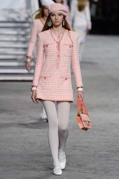 Find tips and tricks, amazing ideas for Chanel resort. Discover and try out new things about Chanel resort site Chanel Fashion, 90s Fashion, Couture Fashion, Runway Fashion, Trendy Fashion, High Fashion, Luxury Fashion, Fashion Show, Fashion Outfits