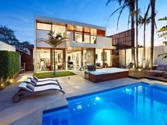 Residencia Contemporánea Transformada con Oasis al Aire Libre