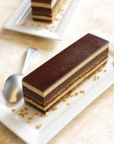 Gateau opera ce classique de la pâtisserie française et même parisienne ou il a vu jour vers les années 50. INGRÉDIENTS Biscuit Joconde : 105g de poudre d'amandes 105g de sucre glace 150g d'œufs frais 30g de farine tamisée 24g de beurre fondu 195g de blancs d'œufs 48g de sucre semoule Crème au beurre café …