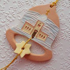 Zvoneček s kostelíčkem Keramický vánoční zvoneček, malovaný engobami a akryl. barvami. Je krásný na vánočním stromečku, nebo jako visačka na dárku. Navázáno na zlatou šňůrku. Velikost zvonečku je 8 X 7 cm (v nejširším místě).