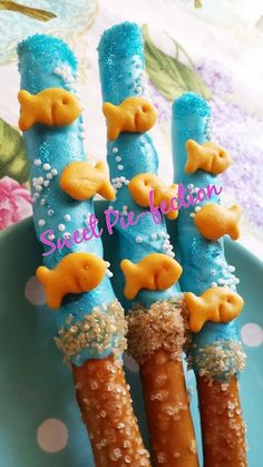Goldfish Pretzels Chocolate Covered Pretzel by SweetPiefection. These would be ideal for an under the sea themed birthday party or baby shower Pretzels Chocolate, Chocolate Covered Pretzel Rods, Chocolate Box, Little Mermaid Birthday, Little Mermaid Parties, The Little Mermaid, Snacks Für Party, Beach Themed Snacks, Ocean Theme Snacks