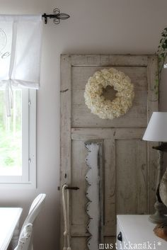 D e c o r - love old doors as decorations against walls Decor, Internal Doors, Gorgeous Doors, Country Interior, Home Decor, Seaside Cottage Style, White Rooms, Shabby White Decor, Old Doors