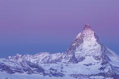 Ein stimmungsvolles Farbenspiel, in das das Matterhorn von der morgendlichen Dämmerung eingehüllt wird. Ein neuer Tag erwacht. Mount Everest, Mountains, Nature, Travel, Pictures, Naturaleza, Cowbell, New Day, Photo Wallpaper