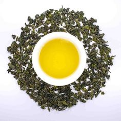 NEU! Nº116 Pfirsich Oolong  Pfirsich Oolong ist ein Tee auf Grundlage des taiwanesischen Oolongs mit Zugabe von Blumenblättern und Pfirsichstückchen - 100% Naturprodukt.  Der Oolong der Bestandteil dieses Tees ist wächst in Taiwan in der Höhe von 1450 m in der Öko-Gegend.  Er wird auf dem berühmten Berg Alinnan dessen Boden sich durch Fruchtbarkeit und Grundwasser durch Heilsamkeit auszeichnen gesammelt. Weiches und duftiges Aroma von Blumenblättern und Pfirsichstückchen verleihen dem Tee…