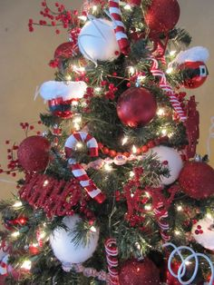 What??? I know, it's January. However, I've had a ton of emails from the Christmas home tour asking how I decorate my Christmas trees. I did...