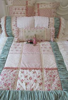 Shabby Chic furniture and style of decor displays more 'run down' or vintage items, or aged furniture. Shabby Chic is the perfect style balanced inbetween vintage and luxury, or '… Shabby Chic Quilts, Shabby Chic Bedrooms, Shabby Chic Decor, Quilt Baby, Rag Quilt, Quilting Projects, Quilting Designs, Coin Couture, Quilt Border