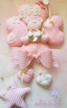 Fiocco Nascita DolceCuore Felt Decorations, Baby Shower Decorations, Baby Baptism, Baby Sewing Projects, Felt Baby, Kids Room Art, Baby Room Decor, Baby Shower Parties, Felt Crafts