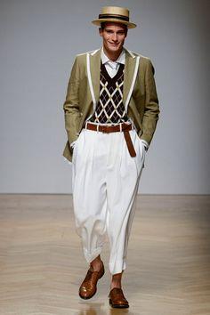 Guarda la sfilata di moda uomo DAKS a Milano e scopri la collezione di abiti e accessori per la stagione Primavera Estate 2018.