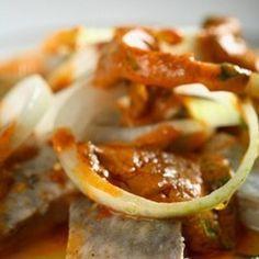 Śledzie po grecku według receptury Ewy Wachowicz Fish And Seafood, Baked Potato, Food And Drink, Potatoes, Beef, Meals, Chicken, Baking, Vegetables