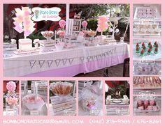 Mesa vintage con algodones de azúcar para comunión e tonos rosa y crema.