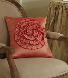 This #DIY rose pillow is the perfect accent to a chair or couch!