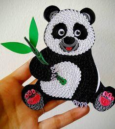 Arte de pared de Panda, cartel de oso Panda, Panda vivero árbol decoración regalo impresión, Panda amante de Navidad, regalos de bebé Panda, Panda ornamento   Este arte de oso Panda se realiza utilizando el arte de papel quilling. Lo nombró Quilla oso.  Tamaño: 4.5x5 pulgadas Material utilizado: tiras de papel de 1/8 pulgadas Tiempo: 2 días  Obra de arte tampoco puede ser enmarcado o se puede utilizar como colgante. Para colgar, voy a añadir una cadena en la parte superior. VER FOTO 5.  ...