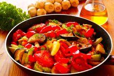 Envie d'amener la Méditerranée dans votre cuisine ? Il vous reste quelques légumes du soleil ? La ratatouille est facile à faire, elle est idéale pour faire le plein des cinq légumes préconisés quotidiennement ! Pour 4 personnes 2 courgettes 1 aubergine 1 poivron rouge, épluché et épépiné 3 tomates pelées et épépinées 2 oignons moyens 1 gousse d'ail, pelée et finement hachée 1 c. à café de thym frais 8 cl d'huile d'olive Sel, poivre Préparation : 30 minutes Cuisson : 10 minutes pour chaque…