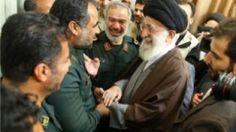 Líder Supremo iraní Ali Jamenei se encuentra con la unidad de la Guardia Revolucionaria iraní Cuerpo (CGRI) Armada de Estados Unidos que los marineros detenido a principios de enero en una foto difundida por Irán el 24 de enero de 2016.