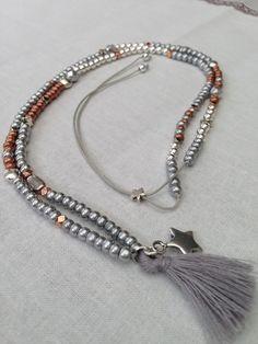 """Sautoir """"Ninon"""" perles de rocailles argentées, bronze, perles et breloques argentées"""