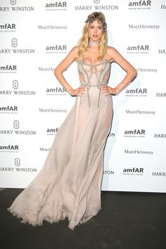 Doutzen Kroes dazzled in a look fresh from the Atelier Versace Fall 2015 runway at the amFar dinner for Paris Fashion Week. #VersaceCelebrities #AtelierVersace
