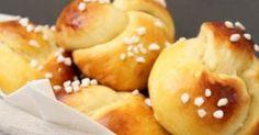 En me baladant un petit peu sur le net je suis tombée sur cette recette de brioche  portugaise chez  Jo Cooks.  Des briochettes, à base... Doughnut, Hamburger, Biscuits, Deserts, Bread, Food Trucks, Pains, Beignets, Bracelet