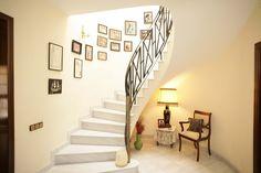 Diseño y Elaboración de escalera mármol con escalones de cisne, plinto de 10cm y baranda diseño arquitectónico moderno de hierro en negro y bronce.