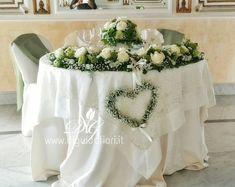 Addobbo floreale per tavolo sposi, della bellissima Villa Cilento, sulla collina di Posillipo. La composizione floreale è stata …