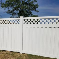 Bring a marvelous look to your outdoor space by choosing this Weatherables Clearwater White Vinyl Privacy Fence Panel Kit. Lattice Privacy Fence, Fence With Lattice Top, Garden Privacy Screen, Vinyl Privacy Fence, Privacy Fence Designs, Privacy Fences, Fencing, Modern Landscape Design, Modern Landscaping