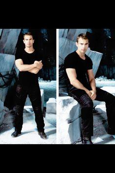Love these pics. Divergent Four, Divergent Fandom, Divergent Trilogy, Divergent Insurgent Allegiant, Theo James, James 4, Theodore James, Tris Et Quatre, New James Bond