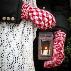 På Kammeborniapoddens facebooksida kan du vinna garn från @ullcentrumoland och mönster från mig till #vantenlysa 5 garn- och mönsterpaket tävlas ut! Lycka till! // On facebook/ kammeborniapodden there is a giveaway where you can win yarn from @ullcentrumoland and the pattern from me to knit a pair of #shinemittens Good luck! #kammebornia #knitting #sticka Swedish Christmas, Scandinavian Christmas, Knit Mittens, Knitted Gloves, Couponing For Beginners, Fair Isle Knitting, Knitting Projects, Ravelry, Knit Crochet