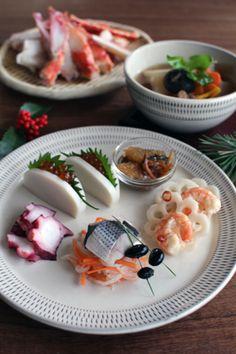 初春のお慶びを申し上げます。 今年初の更新は元日に頂いたワンプレートおせち。 手前平皿にはコハダと紅白なます、エビと花レンコン、松前漬...