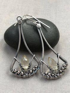 Een transactie van een soort oorbellen voor de dames die geboren zijn in November. De oorbellen zijn hand gesmeed uit sterling zilver draad en verfraaid met een mooie Citrien edelsteen in het midden en klein 3 mm Sterling zilveren kralen. Ze zijn geoxideerd en tuimelde brengen alle details te