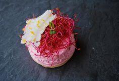 Un entrante refrescante y colorido: Mousse de remolacha con bacalao desalado y naranja sobre una base crujiente de pasta brisa prepar...