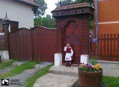 Székely kicsi leányka a székelykapuban - Székelyföld - Erdély - (Facebook, Patrióta Európa Mozgalom)