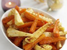 Glasiertes Möhren-Pastinaken-Gemüse zu Weihnachten | Zeit: 25 Min. | http://eatsmarter.de/rezepte/glasiertes-moehren-pastinaken-gemuese-zu-weihnachten