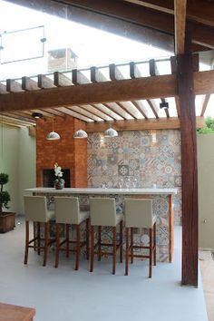 Varanda Gourmet com pergolado de madeira e vidro, rusticidade e transparência…