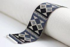 Fisk Bracelet en noir bleu et argent Peyote par SabriyeCreative