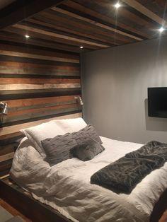 Base de lit + mur + plafond en planches Recuper-Arbre Bed, Furniture, Home Decor, Wall Cladding, Plank Ceiling, Wood Walls, Master Bedrooms, Barn, Homemade Home Decor