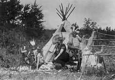 Chief Gah-bi-nag-wii-wIss  posed with Ojibwe women. 1920