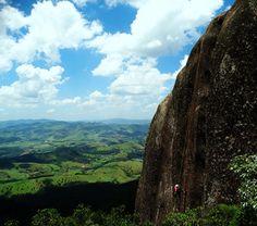 Rapel na Pedra das Flores no complexo do Pico do Lopo. A Serra...