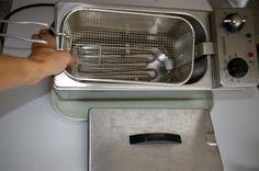 Comment nettoyer une friteuse ? noté 3.17 - 6 votes Après une tournée de frites maison, l'enthousiasme retombe et tout le monde se dérobe à l'heure de nettoyer la friteuse. Avec un peu de méthode, ce n'est pourtant pas difficile de venir à bout de la saleté. Voici comment faire: Enlevez l'huile de friture et …