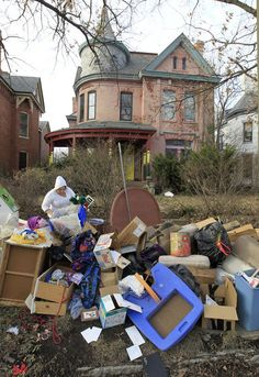 Story: Trash from 'hoarder situation' lines sidewalk in front of historic Lexington home