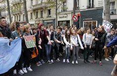 Miles de estudiantes salieron este jueves a las calles de París para exigir el retorno de dos alumnos indocumentados expulsados del país, en una decisión que dividió al gobierno del presidente socialista François Hollande, a quien preguntan dónde están los valores de izquierda.