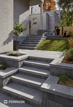 Harmonize your steps and copings to give your outdoor projects more elegance ///. Harmonize your s Outdoor Steps, Patio Steps, Modern Landscaping, Front Yard Landscaping, Outdoor Landscaping, Backyard Retaining Walls, Retaining Wall Steps, Garden Stairs, Concrete Steps