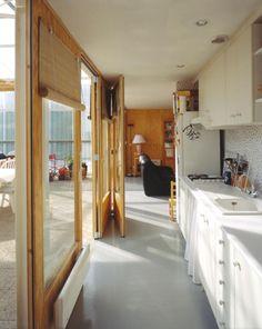 Una cocina con una pared exterior que se abre!  lacaton vassal maison dordogne - Buscar con Google Arch Interior, Interior And Exterior, 70s Decor, Home Decor, Metal Structure, Exterior Siding, Small Living Rooms, Home Kitchens, Facade