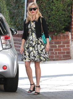 Reese Witherspoon Photos: Reese Witherspoon Shops in Beverly Hills