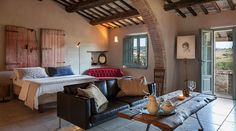 The coutnry house Follonico awaits you with 4 suites and 2 rooms near Montepulciano in southern Tuscany with slow living and regional products. Siena, Luxury Property For Sale, Small Luxury Hotels, Farmhouse Remodel, Boutique Homes, Living Room With Fireplace, Maine House, Rustic Interiors, Chicano