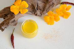 Wärmende Muskelcreme zur Massage und Pflege überanspruchter Muskeln Lotion, Massage, Essential Oils, Diy Crafts, Munter, Crafting, Craft Ideas, Nice, Curry Recipes