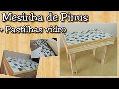 Mesa de pinus com acabamento de pastilhas de vidro