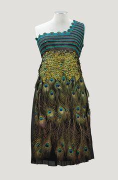 Prada, printemps-été 2005. Robe du soir courte, bustier asymétrique en crochet, jupe garnie de plumes de paon