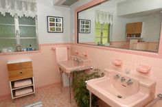 I could TOTALLY rock gettin' ready in this vintage pink tiled 50s master bath.  be still my heart...